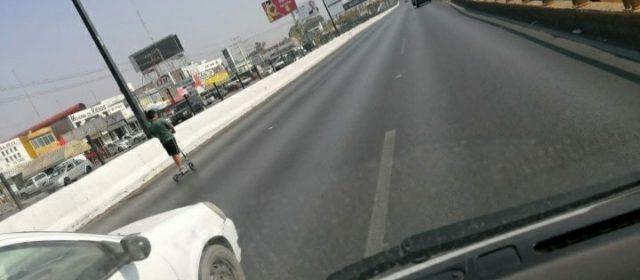 Niño en patín del diablo desquicia el trafico en Salvador Nava