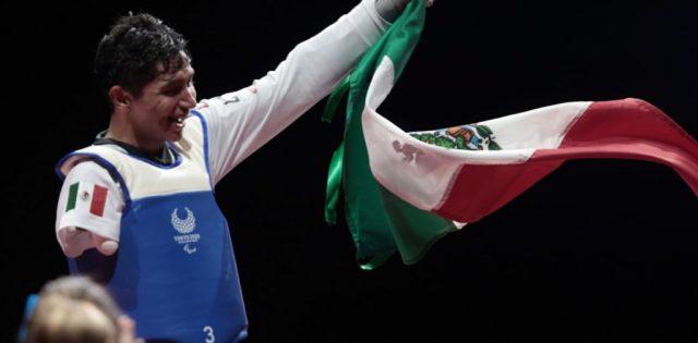 JUAN DIEGO GARCÍA HACE SONAR DE NUEVO EL HIMNO NACIONAL MEXICANO EN PARATAEKWONDO