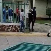PACIENTE CON COVID-19 ROBA AUTO DE UN MÉDICO Y ESCAPA DEL HOSPITAL