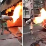 ¡Héroe! Bombero carga tanque con gas en llamas y evita explosión